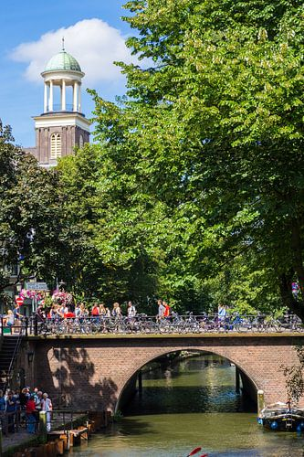 De Augustinuskerk en de Viebrug over de Oudegracht in Utrecht (kleur) van