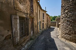 Typische Straße im südfranzösischen Dorf