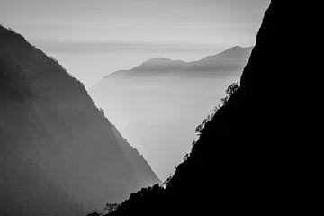 Berge in Nepal - schwarz-weiß von Ellis Peeters