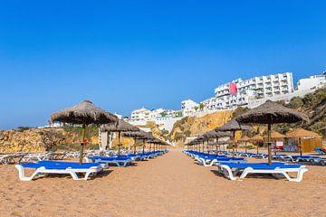 Rijen parasols en strandbedden op strand in Albufeira Portugal van Ben Schonewille