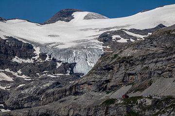 Glacier avec cabane de montagne