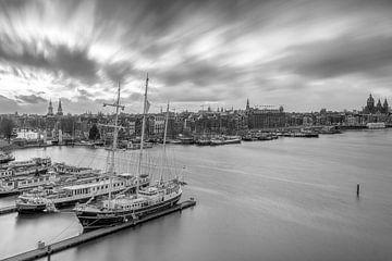 Die Skyline von Amsterdam in Schwarz-Weiß von Dennisart Fotografie
