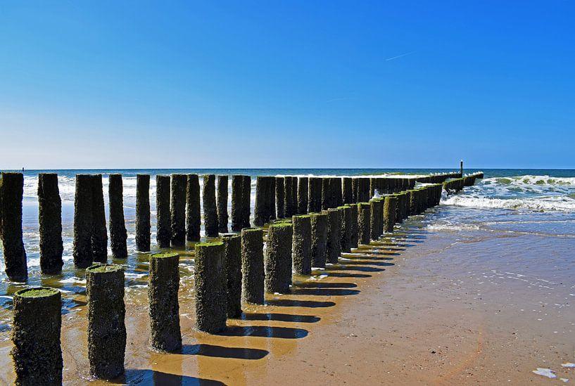 Strandpalen aan de Zeeuwse kust van Judith Cool