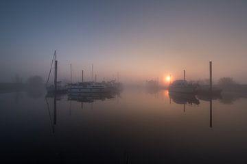 Mistige zonsopkomst bij haven Maurik van Moetwil en van Dijk - Fotografie
