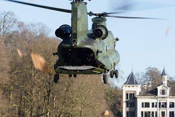 Chinook helikopter landt bij een kasteel van Arjan van de Logt