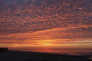 zonsondergang met avondrood op het strand van domburg in zeeland van Frans Versteden