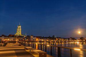 Lebuinuskerk Deventer bij avond van Han Kedde