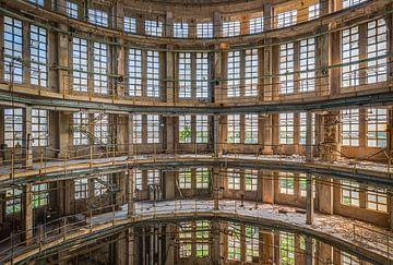Symmetrie in der Fabrikhalle von Perry Wiertz