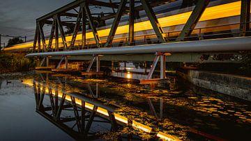 Trein over brug in de avond van Simon van Leeuwen