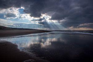 Zonnestralen op het strand van