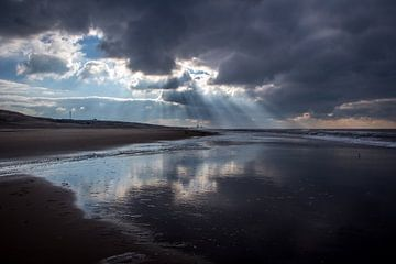 Zonnestralen op het strand von Jessica Van Wynsberge