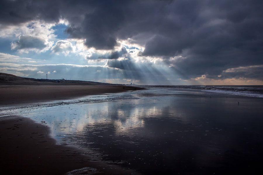 Zonnestralen op het strand