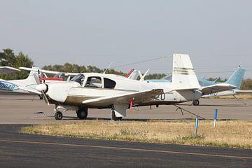 klein vliegtuig geparkeerd van Bas Berk
