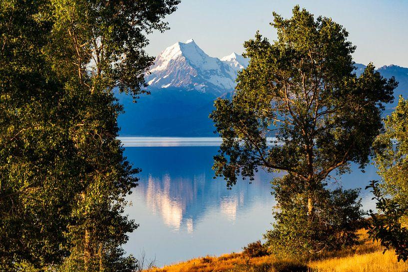 Mount Cook spiegelend in Lake Pukaki van Ton de Koning