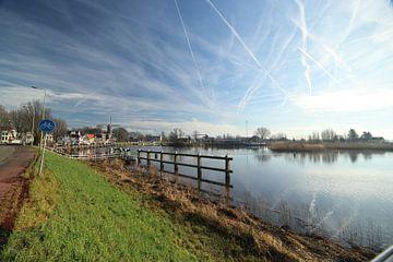 Hollandsche IJssel bij Gouda met reflectie van de wolken