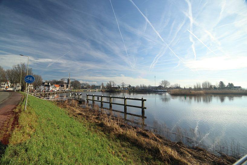 Hollandsche IJssel bij Gouda met reflectie van de wolken van André Muller