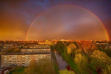 Dubbele regenboog met onweer boven Amsterdam van
