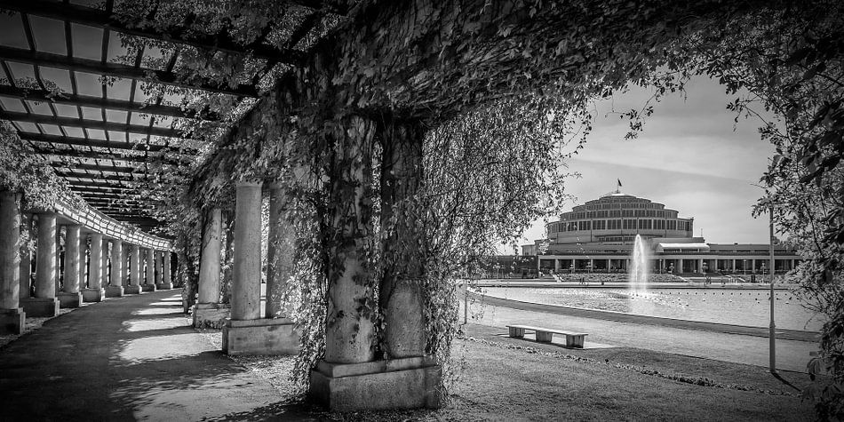 WROCLAW Centennial Hall | panorama monochrome  van Melanie Viola