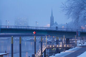 Strijd met de Wezer, de St. Stephanskerk en de Wezertoren in het �berseestadt met sneeuw en rijp, in van Torsten Krüger