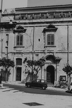 Oude Fiat in de stad Ragusa in Sicilië, Italië van Manon Visser