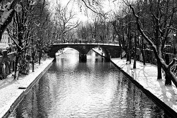 De Smeebrug in Utrecht in de winter met besneeuwde werven langs de Oudegracht