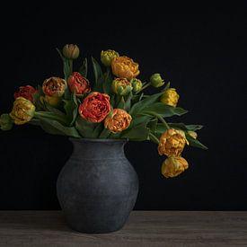 Stilleven met pioentulpen in een aardewerken vaas van John van de Gazelle