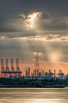 Zware industrie tijdens een oranje gekleurde sunset_1 van Tony Vingerhoets