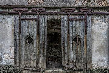 Holztüren in einem Fort von Ans Bastiaanssen