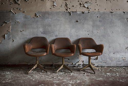 Drie stoelen voor de muur sur Manja van der Heijden