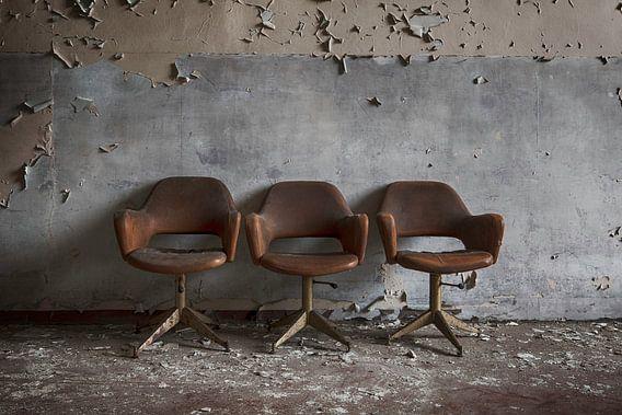 Drie stoelen voor de muur van Manja van der Heijden
