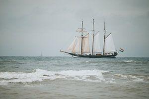 Driemastschoener tegen de achtergrond van de Noordzee van Yana Spiridonova