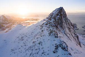 Op de bergtop bij zonsopkomst van