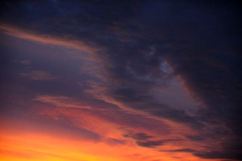 Dramatische lucht na zonsondergang, foto 1 van Merijn van der Vliet