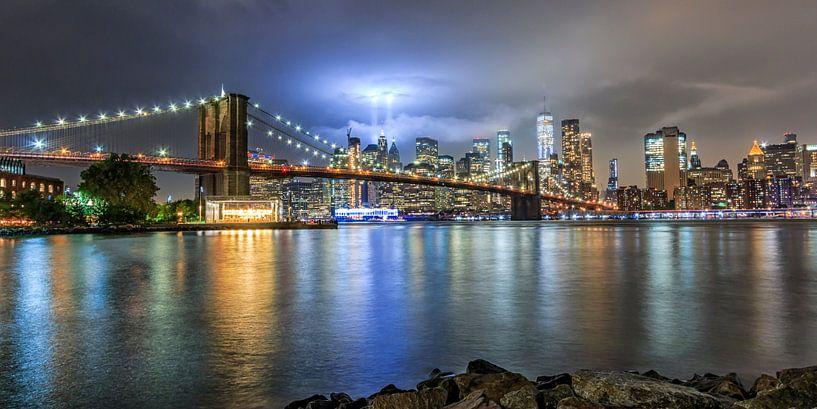 9/11 Tribute in light Brooklyn Bridge van Natascha Velzel