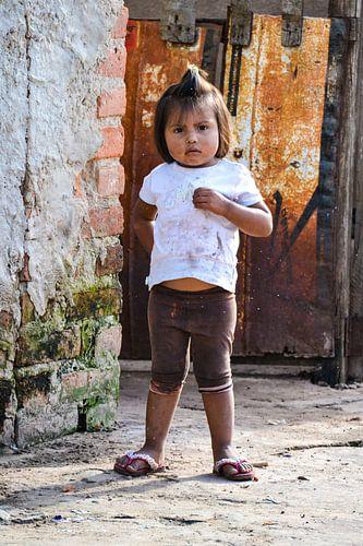 Meisje bij bruin-oranje poort, Bolivia
