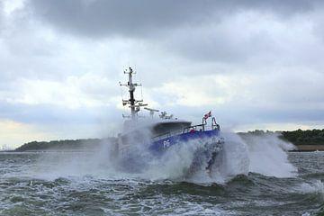 Politieboot onderweg naar zee von Peet de Rouw