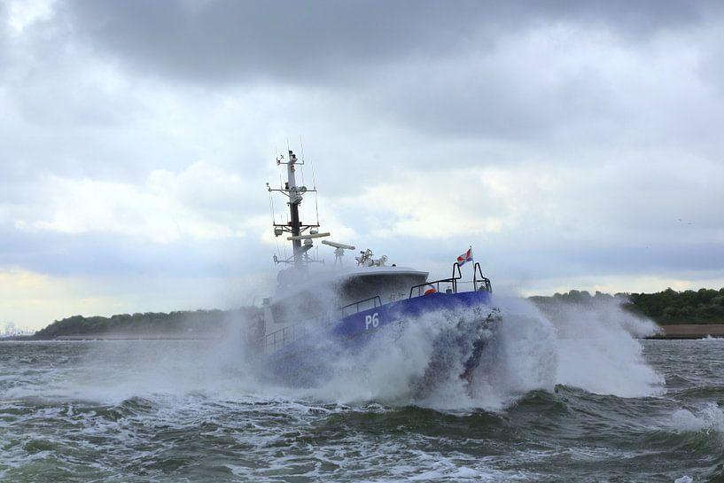 Politieboot onderweg naar zee van Peet de Rouw