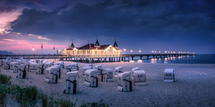Strand en pier van Ahlbeck in de avond. van Voss Fine Art Fotografie