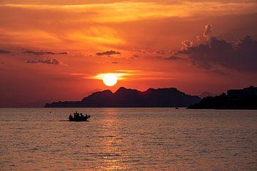 Visserboot keert terug bij zonsondergang van Sander de jong