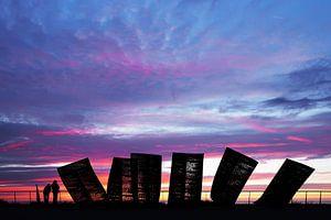 monument katwijk in de avond