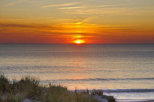 Sonne fällt rotglühend ins Meer