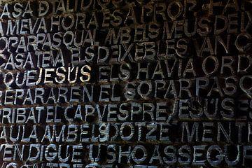Deur van Sagrada Familia in Barcelona met JESUS in gouden letters. van Gert van Santen