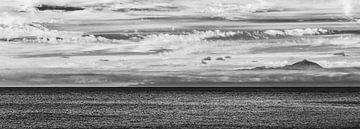 Zicht op Tenerife vanaf Gran Canaria in zwart wit van