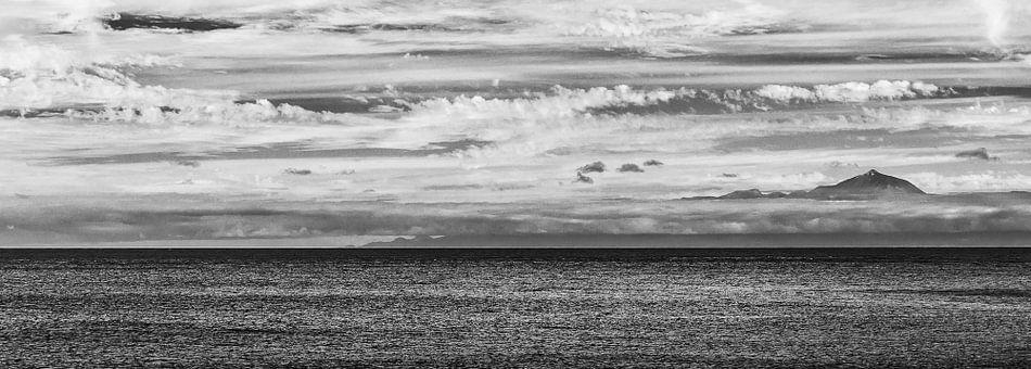 Zicht op Tenerife vanaf Gran Canaria in zwart wit
