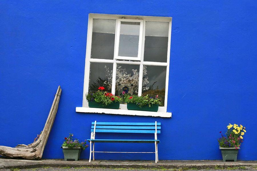 Blauwe voorgevel van een Iers cottage