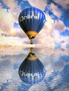 Une montgolfière au-dessus de l'eau