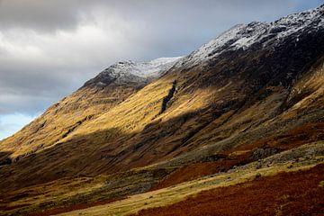 ein später Sonnenstrahl beleuchtet den Hügel im schottischen Hochland von Studio de Waay