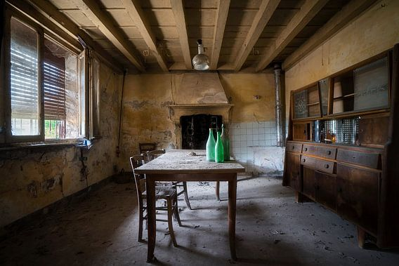 Eetkamer in Verlaten Boerderij. van Roman Robroek