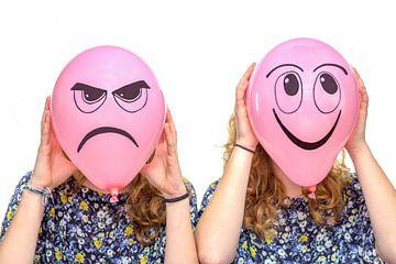 Zwei Frauen mit rosa Luftballons mit Emotion Frustriert und lächelnd von Ben Schonewille