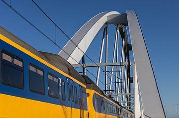 Kopter auf Eisenbahnbrücke. von Paul Veen